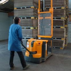 Ouvrier manoeuvre des palettes de carton